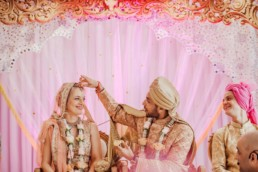 groom placing sindor on brides head